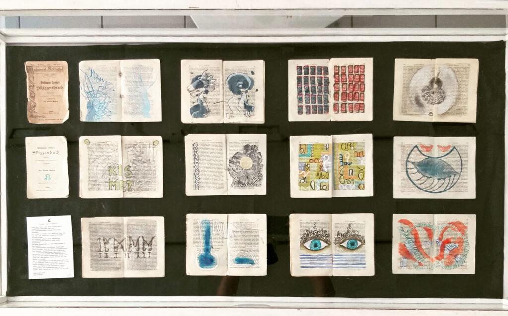 Blick eine Vitrine, die einen Teil der bearbeiteten Blaetter von Irvings Skizzenbuch zeigt