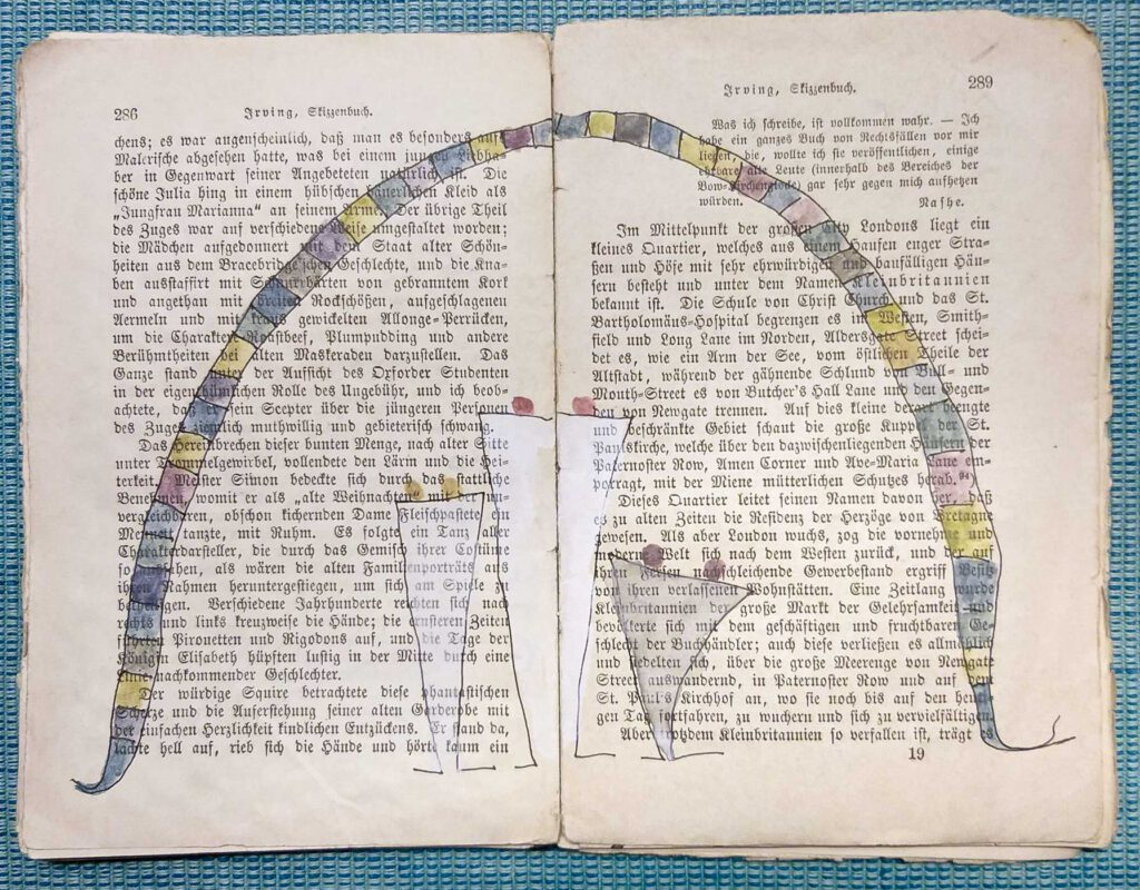 eine aufgeschlagene Seite in dem alten Reclamheft Irving, Skizzenbuch, überarbeitet mit einer Zeichnung von 3 Figuren über die sich ein Bogen, wie ein Schutzschild, spannt